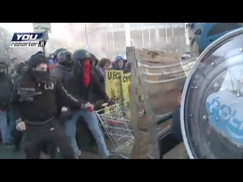 Italy: Police and students clash in Milan at anti-austerity protest