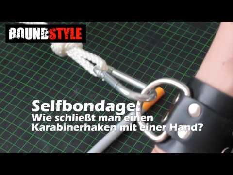 Selfbondage: Wie fesselt man sich selbst? Karabinerhaken mit einer Hand schließen.