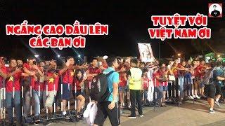 Hình ảnh xúc động nhất khi các CĐV chờ Công Phượng Đức Huy thầy Park và ĐTVN để động viên