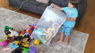 Fatih Selim en büyük oyuncak kutusunu döktü.İçindeki en eski oyuncakları bulduk