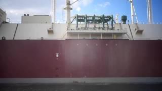 قناة السويس الجديدة : مشهد من قرب لسفينة عملاقة بالقناة بجوار موقع تكريك