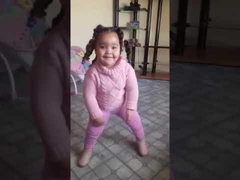 La petite fille qui danse