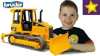 BRUDER игрушка Трактор играем Распаковка и обзор  Bruder Tractor for kids unboxing(Привет, ребята! В этой серии Игорюша открывает и показывает гусеничный трактор CAT Bruder 02443. У трактора поднима..., 2016-05-19T07:30:32.000Z)