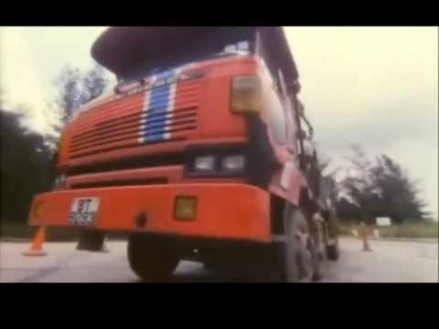 鬼巴士 - 經典巴士飛車追逐衝落山崖場面