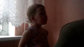 Младшая сестра повторяет стихотворение за старшей
