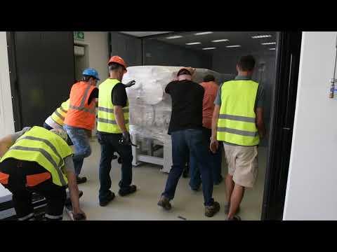 Stěhování superlaseru L4 do haly v laboratořích centra ELI Beamlines