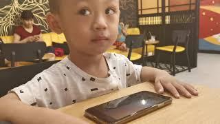 2살. 베트남 조카 혼자 스마트폰 영어공부