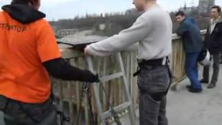 Прыжки с моста в Запорожье видео(Прыжки с моста в Запорожье видео Сайт: http://www.life.zp.ua., 2010-12-19T16:29:00.000Z)