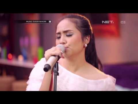 Gita Gutawa - Somebody That I Used To Kno - Gotye Cover (Live at Music Everywhere) **