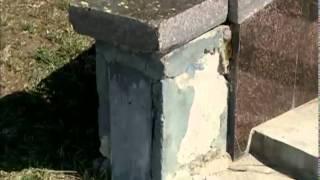 В Ярославле на юбилейной Стрелке отвалилась гранитная(, 2014-04-30T01:06:33.000Z)