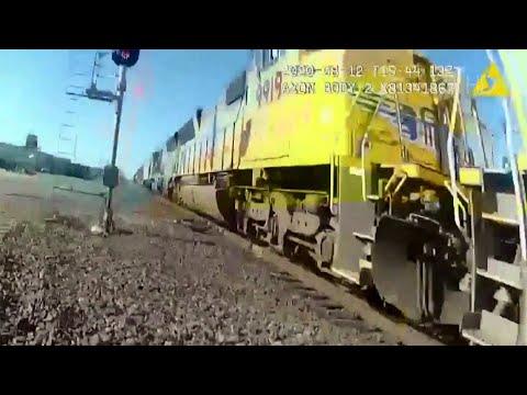 В американском штате Калифорния полицейский спас человека за мгновение до столкновения с поездом.