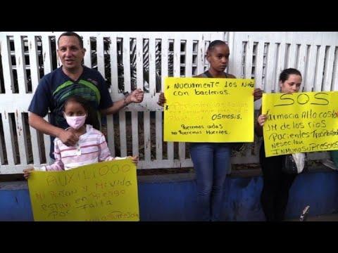 Padres de trasplantados venezolanos se encadenan a hospital