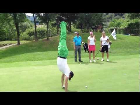 Stephan Schmidlin liesst die Putt-Linie am Deutsche Bank Ladies' Swiss Open