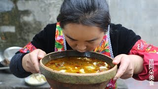 苗大姐做酸菜鱼来吃,汤泡米饭吃,呼噜噜下肚,香得很