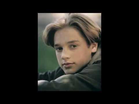 A young Devon Sawa