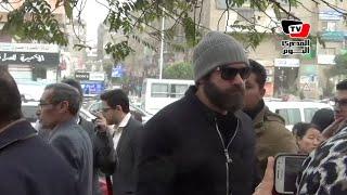 عمرو يوسف في جنازة شقيقة المنتج هشام عبد الخالق