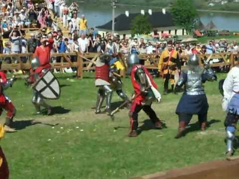 З лицаря збивають шолом під час бугурта