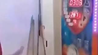 Mazlum baba Boks Makinasına Vuruyor