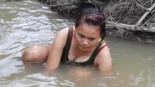 カンボジアネット釣りで私の村でスラムを捕まえる2人の美しい少女国側108 thumbnail