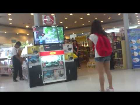 Girl Shows Off Her Amazing Voice At Store's Karaoke Display