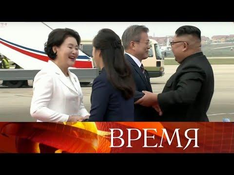 Тысячи жителей КНДР с цветами в руках приветствовали президента Южной Кореи.