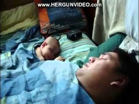 فيديو مضحك لطفل يخاف من شخير أبوه