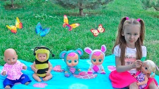 Куклы убегают от Лизы на детской площадке