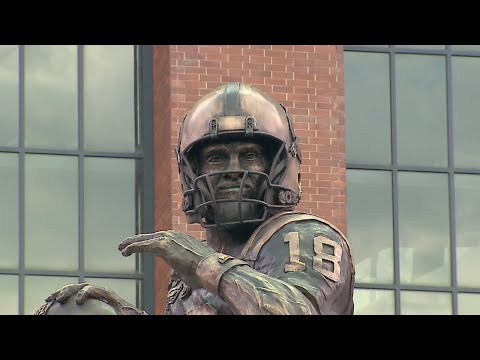 Colts reveal Peyton Manning statue