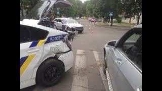 Полицейский «Приус», «Опель» и «Мерседес» столкнулись в Николаеве.