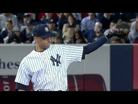 BAL@NYY: Jeter tips his hat to thank the fans