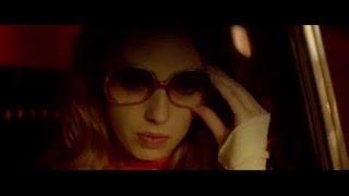 La Dame dans l'Auto avec des lunettes et un fusil ...