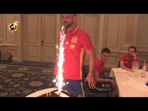 Hoy cumple años Pepe Reina y así lo celebra con sus compañeros de Selección