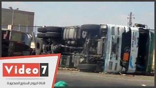 انقلاب شاحنة ضخمة على طريق مصر إسكندرية الصحراوى