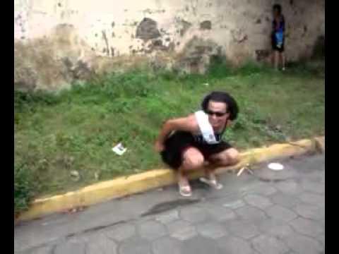 mujeres defecando