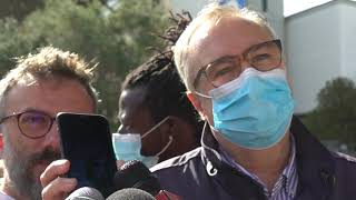 A Brindisi sit in per Mimmo Lucano, l'ex sindaco chiama i manifestanti