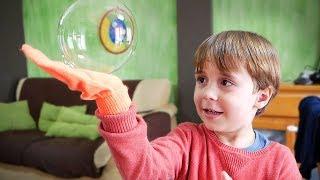 LUVA MÁGICA QUE PEGA BOLHAS DE SABÃO!! Brancoala e Maikito - Brinquedos para Crianças