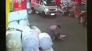 Bé gái bị xe đâm và bị bỏ rơi khiến cộng đồng mạng phẫn nộ