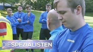 Strafe für verkackten Elfmeter: Fußballer wird nach Spiel verprügelt | Die Spezialisten | SAT.1 TV