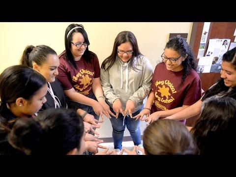 Latinas jóvenes asisten al mítin