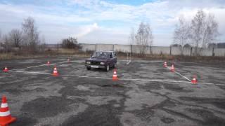 Выполнение упражнения горка, заезд в гараж, параллельная парковка легкового автомобиля