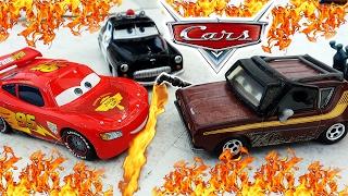 ТАЧКИ в ОГНЕ! Страшный Пожар на Парковке! Машинки Маквин и Мэтр горят! CARS Тачки 2 Пожарная Машинка