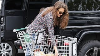 Katie Holmes's Daughter Suri Helps Her With The Groceries