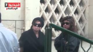 بالفيديو..لبلبة وبوسى شلبى فى انتظار جثمان ممدوح عبد العليم أمام مسجد مصطفى محمود