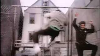 Extrait avec Brad Pitt + Générique de la série 21 Jump Street (1987-1990)