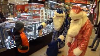 Дядя Юра Дед мороз / Дарит детям подарки