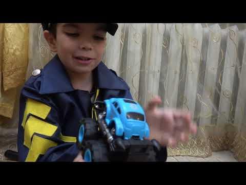 Андрей играет в полицейские машины и спасает машинки игрушки из пещеры