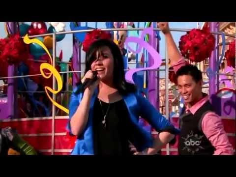 Demi Lovato - Wonderful Christmas Time (Walt Disney World Christmas Day Parade) LIVE
