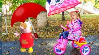 Nastya dan bonekanya ingin bermain di tengah hujan