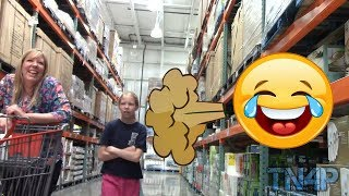 Пердит на людей и товары в супермаркете. Прикол, пранк.