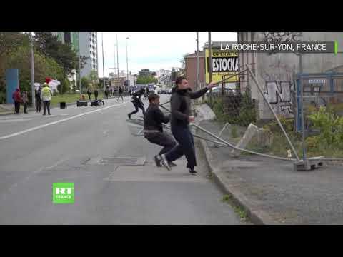 Acte 25 : des manifestants affrontent les policiers à La Roche-sur-Yon